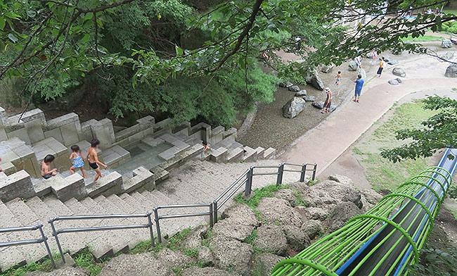 せせらぎ水路(階段上から撮影)