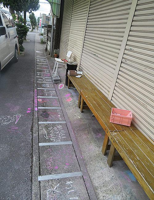 店前のベンチ