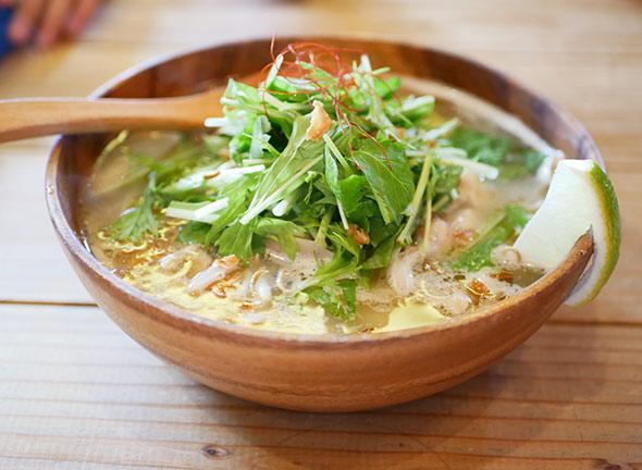 ライスヌードル 塩麹と鶏肉 ¥980