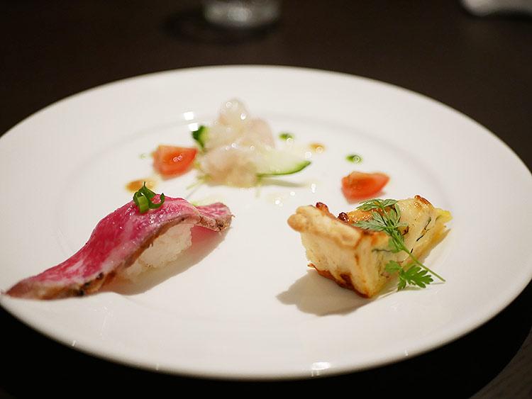 前菜3種盛り合わせ(奥:真鯛のカルパッチョ、左:和牛のにぎり、右:ほうれん草とサーモンのキッシュ)