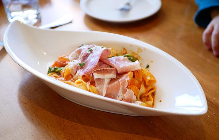 イタリア産生ハムとエビと野菜のトマトクリームパスタ(パスタの種類はフェットチーネをチョイス)