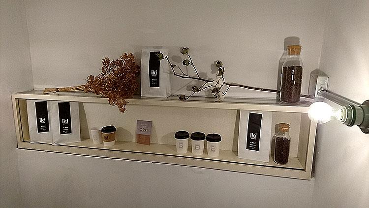 wakuracafe 階段途中のikiなコーヒー豆?