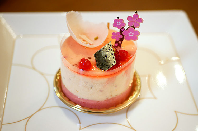 さくら 桜の花のババロアとフランボワーズムース ¥450